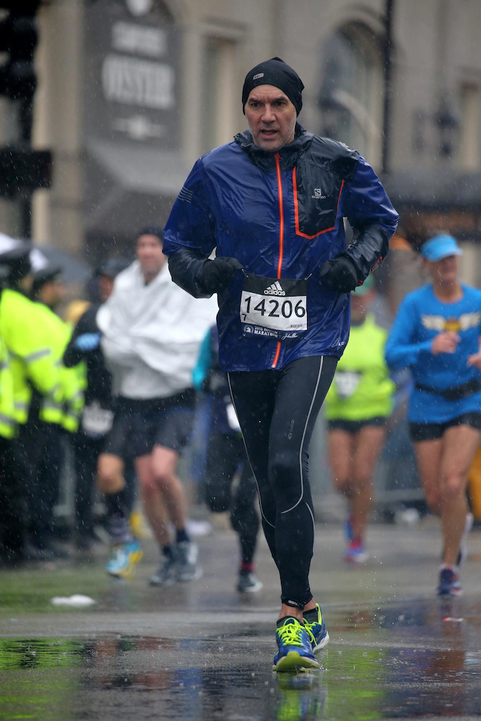 Gilles courant sous la pluie le marathon de Boston